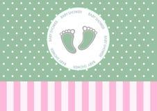 在贺卡的逗人喜爱的婴孩脚,婴儿送礼会卡片设计  免版税库存照片