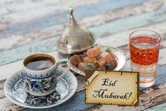 在贺卡的Eid穆巴拉克文本用土耳其咖啡,欢欣 免版税库存图片