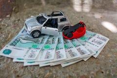 在1000卢布背景的事故汽车  库存图片