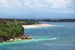 在巴厘岛使与小船的风景靠岸在努沙Dua 库存照片