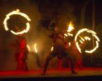 在巴厘岛动物园的火舞蹈 免版税库存图片