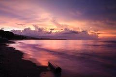 在巴厘岛印度尼西亚的充满活力的热带日落 免版税库存照片