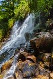 在巴厘岛印度尼西亚的Kanto Lampo瀑布 免版税库存图片