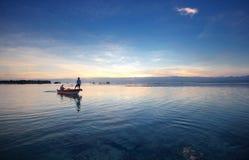 在巴厘岛海岛海的后面小船  库存照片