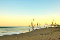 在巴厘岛海滩印度尼西亚沙子的巴厘语传统 免版税库存图片