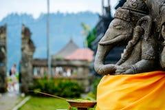 在巴厘岛祈祷和提供为Ganesha 免版税库存图片