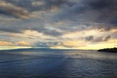在巴厘岛,印度尼西亚海岛上的日落  免版税库存图片
