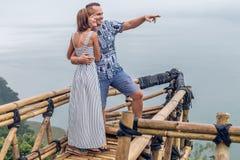在巴厘岛,印度尼西亚热带雾风景的有吸引力的年轻爱恋的浪漫夫妇  免版税库存图片