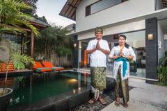 在巴厘语传统的资深巴厘语夫妇 免版税图库摄影