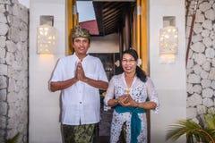 在巴厘语传统的资深巴厘语夫妇 图库摄影