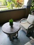 在巴厘语旅馆大厅的古色古香的木家具 库存图片