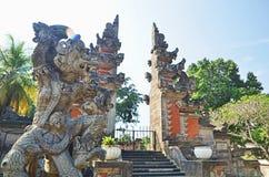 在巴厘语门前面的Hanoman雕象 免版税库存照片