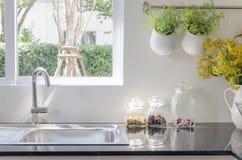在黑厨台的现代水槽 免版税库存照片