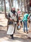 在1187年参加者在Hattin争斗垫铁的重建审阅阵营在竞选前在提比里亚, Israe附近 免版税库存图片