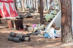 在1187年参加者在Hattin争斗垫铁的重建早晨坐在阵营的帐篷附近在凸轮前 免版税库存照片