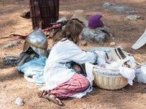 在1187年参加者在Hattin争斗垫铁的重建早晨坐在阵营的帐篷附近在campa前 免版税库存照片