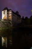 在水反射的城堡Matzen夜间画象 免版税库存照片