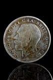 在黑反射的玻璃暴露的老乔治五世英国硬币,找到在生活开掘由金属探测器 英国 免版税库存照片