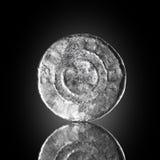 在黑反射的玻璃暴露的Denar跨撒克逊人的老银币,找到在生活开掘由金属探测器 英国 库存照片