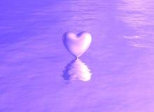 在水反射的紫色桃红色心脏 免版税库存照片