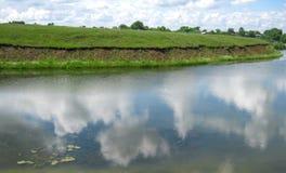 在水反映的云彩 库存照片