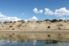 在水反映的天空,离开的海滩湖,夏天天空,自然,蓝色云彩, 免版税图库摄影