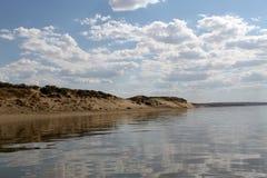 在水反映的天空,离开的海滩湖,夏天天空,自然,蓝色云彩, 免版税库存图片