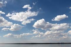 在水反映的天空,离开的海滩湖,夏天天空,自然,蓝色云彩, 免版税库存照片