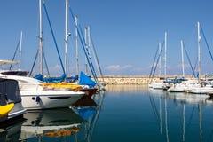 在水反映的小船 赫兹里亚小游艇船坞 以色列 免版税库存图片