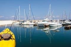 在水反映的小船 赫兹里亚小游艇船坞 以色列 免版税库存照片