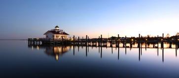 在水反映的灯塔在黄昏 库存照片