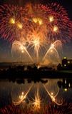 在水反映的美国独立日烟花 免版税库存图片