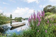 在水反映的老钢划艇 图库摄影