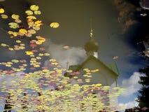 在水反映的连接时间 免版税库存照片