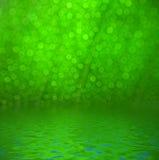 在水反映的绿色bokeh 免版税库存照片
