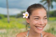 在头发的夏威夷亚裔女孩佩带的羽毛花 免版税库存照片