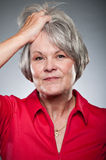 在头发画象的成熟白种人妇女手 图库摄影