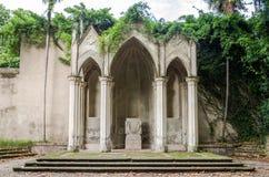 在绿叶中的建筑史皇家法坛纠缠了与常春藤在意大利,罗马的首都 免版税库存照片