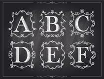 在组合图案减速火箭的框架,字母表商标的黑板白垩葡萄酒书法信件 免版税库存照片