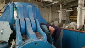 在综合性金刚石工厂供以人员编程立方体presser 股票录像