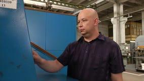 在综合性金刚石工厂供以人员编程立方体presser 影视素材