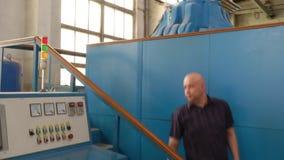 在综合性金刚石工厂供以人员编程立方体presser 股票视频