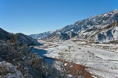在以后狼吞虎咽Sarihosor和Surkhob河降雪在12月 库存照片