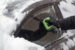 在以后的汽车降雪 库存图片