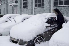 在以后的汽车降雪 免版税图库摄影