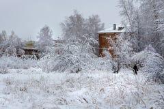 在以后的西伯利亚城市降雪 库存照片