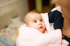 在浴以后的逗人喜爱的矮小的婴孩 图库摄影