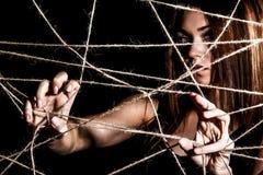 在绳索后网的美丽的少妇  免版税图库摄影