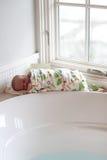 在浴以后被包扎的新出生 库存图片