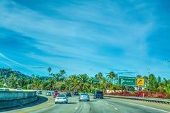 在101向北的高速公路的交通 免版税库存照片